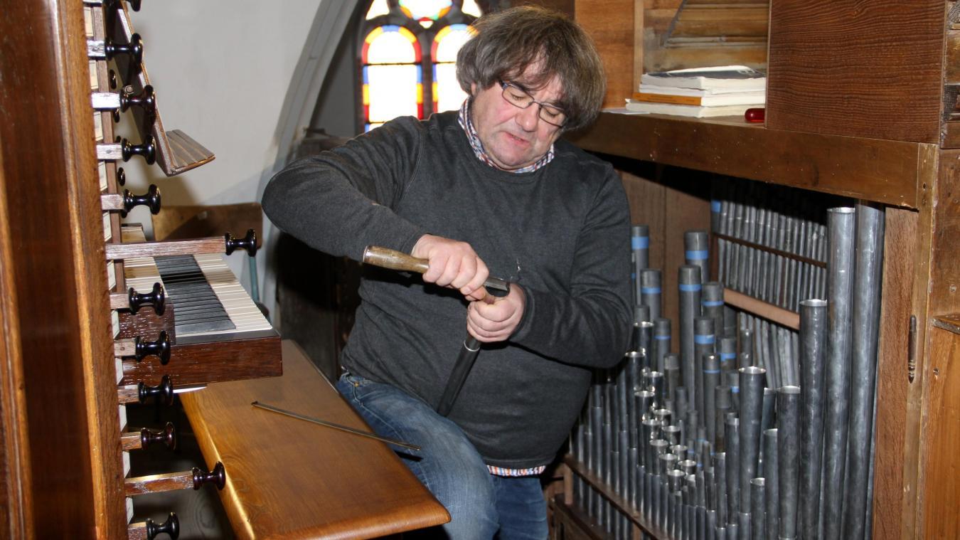 L'artisan qui conçoit l'orgue: