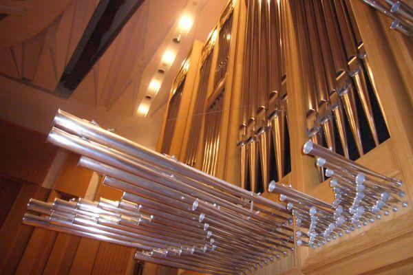 Comment se nomment les tuyaux d'orgue horizontaux que l'on peut voir souvent en Espagne ou au Portugal ?